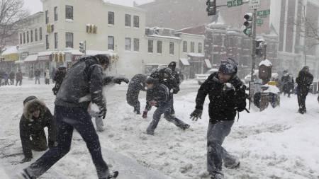 Rundt 200 mennesker deltok i en snøballkrig i Washington i helgen   etter oppfordringer på Twitter om å komme ut å leke i snøen. (Foto: Pablo   Martinez Monsivais/AP)