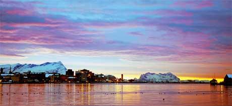 Bodø by i vinterlys med Fugeløya og Sandhornet i bakgrunnen. (Foto: Reidar Hernes / bodo.no)