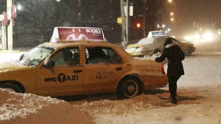 Drosjer har kjørt seg fast ved en bensinstasjon i New York. (Foto: Mike Adamucci/AP)