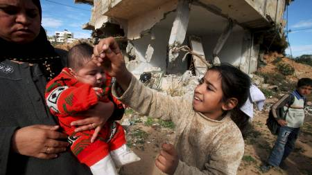 RUINER: På grunn av Israels blokade har få av husene som ble bombet under krigen på Gazastripen for ett år siden blitt bygget opp igjen. (Foto: SUHAIB SALEM/REUTERS)