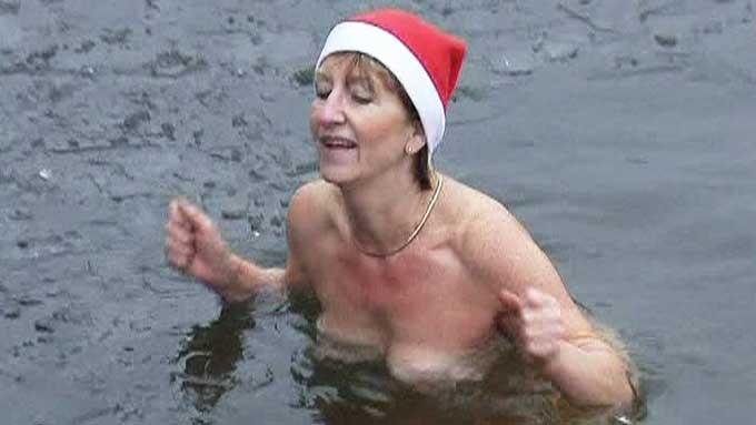 Bare iført nisselue badet et tyvetalls tyskere i et iskaldt vann i Berlin andre juledag. (Foto: GBRTV )