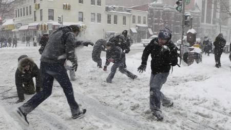 Spontan snøballkrig i Washington DC lørdag. (Foto: Pablo Martinez Monsivais/AP)