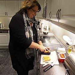 Mat forverrer metallsmaken i munnen til  Tove Rødland. Hun sier situasjonen går kraftig ut over humøret hennes.