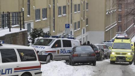 Politi og ambulanse utenfor bygården på Tøyen i Oslo. (Foto: Holm, Morten/SCANPIX)