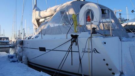 Jens Folland har alt han trenger om bord i den 54 fot lange seilbåten. (Foto: Lars Barth-Heyerdahl)