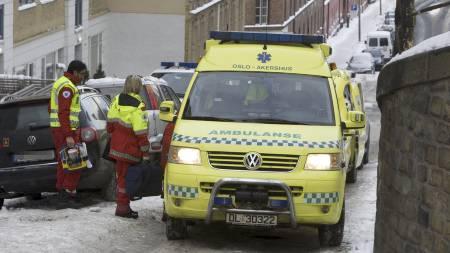 - BLE HINDRET: Ambulansepersonell utenfor en bygård på Tøyen i Oslo søndag, der familien nektet dem å komme inn til en kvinne som hadde fått et illebefinnende. Kvinnens liv sto ikke til å redde. (Foto: Holm, Morten/SCANPIX)