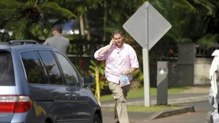En agent fra Secret Service på vei tilbake til bilen da presidenten   i all hast forlot golfbanen. (Foto: JEWEL SAMAD/AFP)