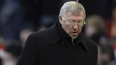 DETTE HAR HAN ALDRI OPPLEVD FØR: For første gang i sin United-karriere trasker Sir Alex Ferguson av matta etter å ha tapt en kamp i FA-cupens tredje runde. (Foto: Jon Super/AP)