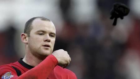 KASTEYT HANSKEN: Men etter kampslutt var det alt for sent for Wayne Rooney og Man Utd. (Foto: Jon Super/AP)