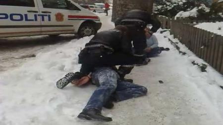 SLÅSS MED POLITIET: Kvinnens slektninger ble lagt i bakken av politiet. (Foto: Yusuf Yuksel)