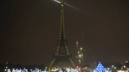 Eiffeltårnet i miljøvennlig nyttårsprakt. (Foto: BERTRAND LANGLOIS/AFP)