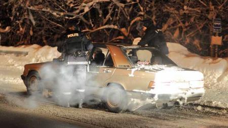 Væpnet politi kontrollerte søvgrå Mercedeser i Eiker-området etter at det ble avfyrt flere skudd mot politiet fra en lignende bil. (Foto: Anders Evjen)