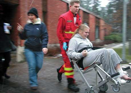 En elev som ble skadet under massakren i Jokela fraktes til sykehus. (Foto: Markku Niska)