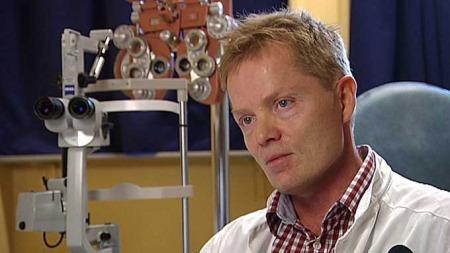 VIL HA FORBUD: Øyelege Nils Bull ved Haukeland universitetssykehus vil ha totalforbud mot bruk av fyrverkeri for å unngå skader. (Foto: Jan Kåre Gåsemyr / TV 2)