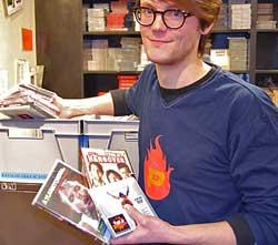 Tor Rønning Krogtoft i Platekompaniet viser fram noe av det som er byttet inn 4. juledag. (Foto: Kjell Persen)