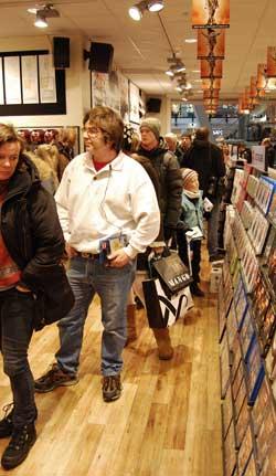 Byttekøen på Platekompaniet var til forveksling lik handlekøen før jul. (Foto: Kjell Persen)