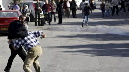 MER HØYREVRIDD: Bildet er fra 2.juledag da det var slosskamper mellom høyreorienterte israelerer og demonstranter.   (Foto: -/AFP)