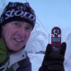 Roar Inge Hansen med temometeret han har brukt. (Foto: Roar Hansen)
