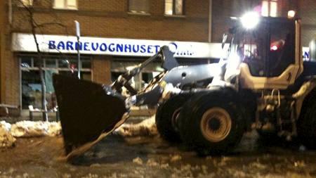 STORINNSATS: Brøytebiler fjernet snø og slaps slik at vannet kunne renne unna. (Foto: Monica Haldammen/TV 2)