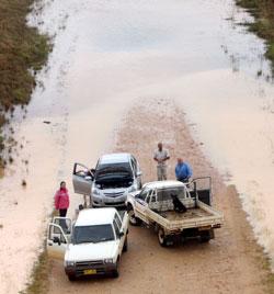 Flomvannet lager full stopp ved Gilgandra i New South Wales 2. januar. (Foto: AP)
