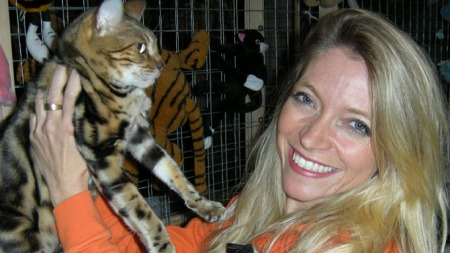 Dyrlegene: Trude Mostue og katt (Foto: TV 2)