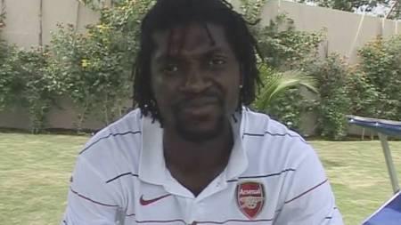 FEIL IGJEN: Emmanuel Adebayor stilte til TV-intervju i Arsenal-trøye. (Foto: SCANPIX/AP)