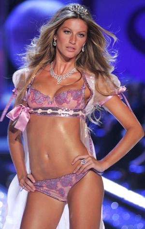 UNDERTØY-ENGEL: Gisele kan ta seg godt betalt. her i en motevisning for Victoria's Secret.  (Foto: Stella pictures)