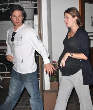 HØYGRAVID: Mark Wahlberg støttet sin kone Rhea gjennom hele svangerskapet og fødsel. Dette bildet er tatt like før fødselen.  (Foto: All Over Press)