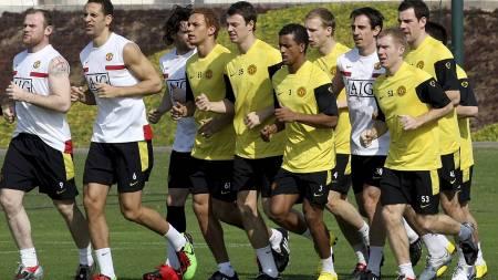REISER TILBAKE: Her er Manchester United-spillerne avbildet   på treningsleir i Qatar i januar 2010. (Foto: -/AFP)