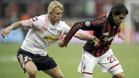 DANSK STJERNE: Flere storklubber ønsker seg Palermos danske   stjernestopper Simon Kjær. (Foto: DAMIEN MEYER/AFP)