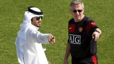 MØTTE SJEIKEN: Sir Alex Ferguson i samtaler med Ahmed Al Harmy,   som United låner treningsanlegget av i Doha, Qatar. (Foto: FADI AL-ASSAAD/REUTERS)