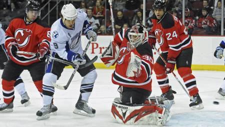SCORET: Steve Downie scoret det første målet for Tampa Bay Lightning mot New Jersey Devils. (Foto: Bill Kostroun/AP)