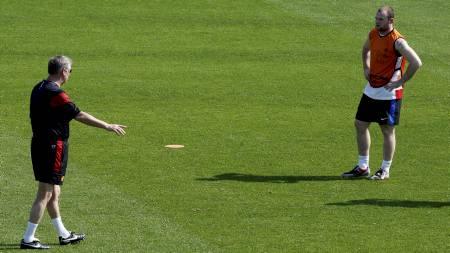 I SHORTS: Sir Alex Ferguson gir sine innstrukser til Wayne Rooney   i 20 varmegrader i Doha. (Foto: FADI AL-ASSAAD/REUTERS)