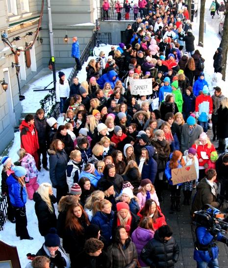 Bergen sto i kø for å se innspillingen av det første auditionprogrammet til 2010-sesongen av «Norske Talenter». (Foto: Tore Waskaas)