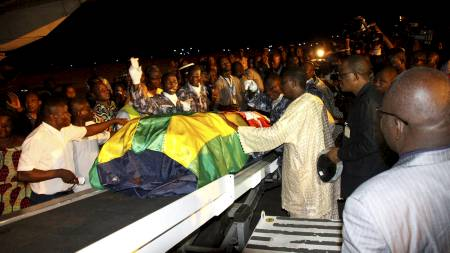 Togolese government officials and relatives receive the remains of Togolese assistant soccer coach Amalete Abalo in the capital Lome, January 10, 2010. Togo's national soccer team landed back in Lome on Sunday, a Reuters witness said, after suffering a deadly ambush in (Foto: Noel Koukou Tadegnon/REUTERS)