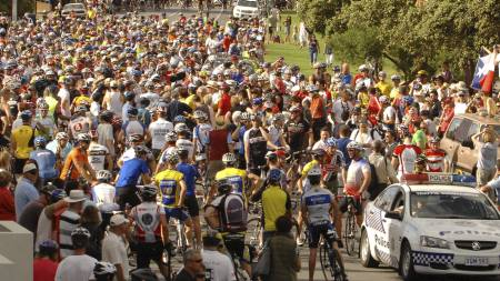 6 A large crowd gathers to see seven   time Tour de France winner Lance Armstrong lead members of the public   on a training ride in Adelaide, So (Foto: TOM MILETIC/EPA)