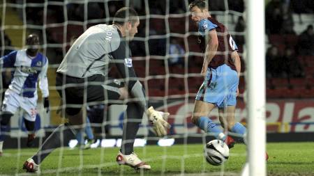 SEIERSMÅLET: James Milner styrer ballen forbi Paul Robinson.   (Foto: ANDREW YATES/AFP)