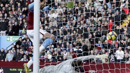 SETTER BALLEN I MÅL: Men John Carews scoring ble korrekt annullert for offside. (Foto: DARREN STAPLES/REUTERS)