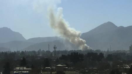 Røykskyen etter eksplosjonene i Kabul kan sees på lang avstand.   (Foto: AP/AP)