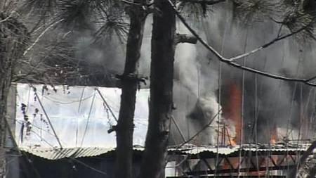 Flammer etter eksplosjon ved et hotell i Kabul. Talibanopprørere angrep flere steder i byen mandag morgen. (Foto: REUTERS TV/Reuters)