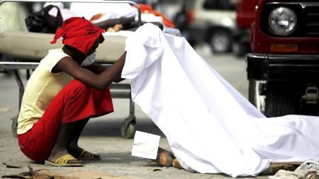 KAN VÆRE 50.000 DØDE: Lik ligger i gatene i hovedstaden Port-au-Prince. Nødhjelpsorganisasjoner forteller om akutt mangel på likposer. (Foto: Ariana Cubillos/AP)