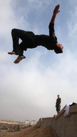 En palestinsk ungdom trener parkour i Khan Younis sør på Gazastripen nyttårsaften. (Foto: Mohammed Salem)