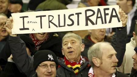 STØTTER RAFA: En trofast Liverpool-tilhenger viser at han fortsatt   har tro på manager Rafael Benitez. (Foto: Tim Hales/AP)