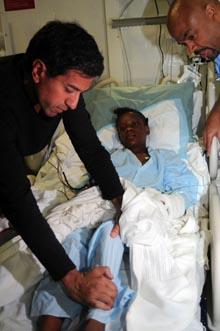 Sanjay Gupta undersøker en skadet jente. Gupta er nevrokirurg, men jobber også som journalist i CNN. (Foto: Erin Oberholtzer, ©MC2 Sharay Bennett/ljm)
