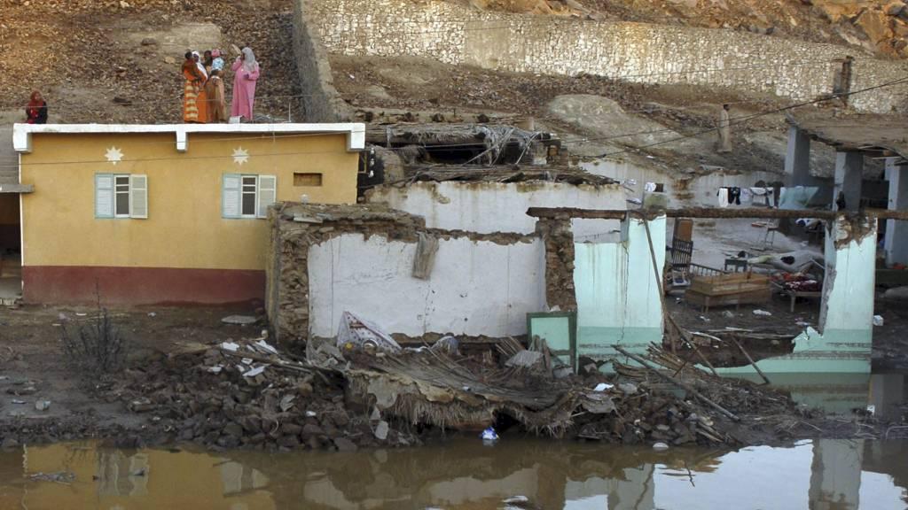 BERGET SEG PÅ TAKET: Huset i Aswan er delvist rast ut i elven etter det enorme regnværet. (Foto: HOSSAM ALI/AP)