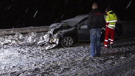 SKADET: To personer som satt i denne bilen ble skadet i den voldsomme trafikkulykken hvor fire kjøretøy var innblandet på E6 ved Espa i Hedmark. (Foto: Eirik Friestad / TV 2)