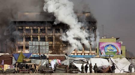 Tungt bevæpnede talibansoldater har forskanset seg i dette kjøpesenteret   samt en kinosal i Kabul. (Foto: AHMAD MASOOD/REUTERS)