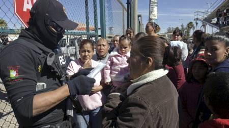 Familiemedlemmer møtte opp ved fengselet for å få vite hva som var skjedd med sine kjære. (Foto: MARIO VAZQUEZ/AFP)