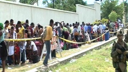 DRØMMER OM USA: Det har dannet seg store køer utenfor den amerikanske ambassaden i Haiti. (Foto: Kenneth Cuomo / TV 2)
