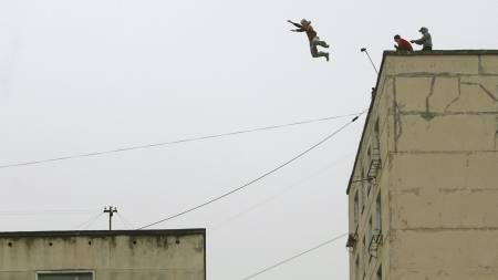 En parkour-utøver i St. Petersburg hopper fra ett tak til et annet. Høydeforskjellen er fire meter, avstanden er sju meter. (Foto: ANATOLY MALTSEV/EPA)